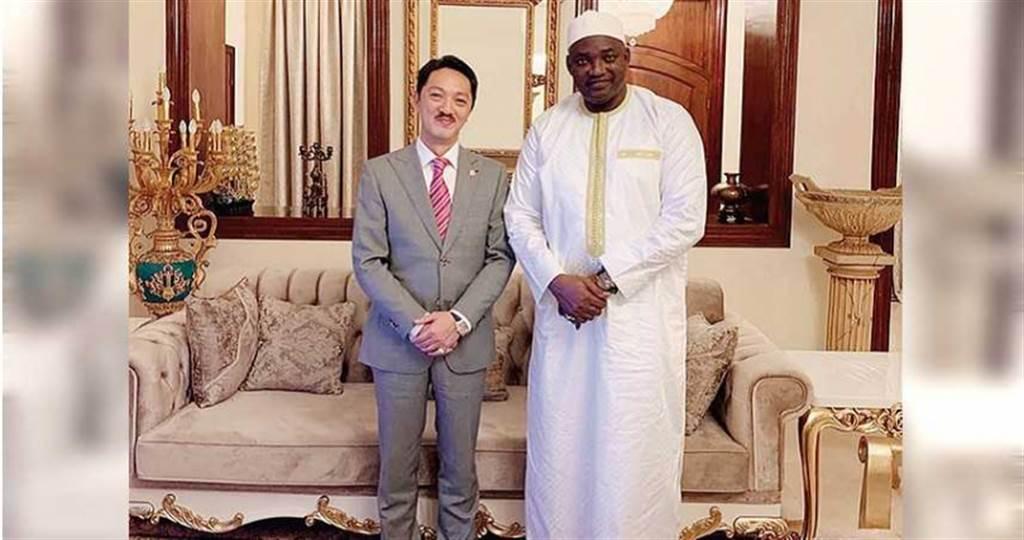 潘尚柏在西非經濟貿易合作協會網站上,張貼自己與甘比亞總統的合照。(圖/翻攝自網路)