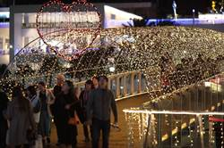 港邊耶誕晚會開跑  17米高LED耶誕樹點亮基隆