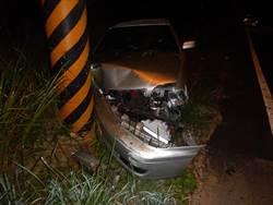 婦疑不熟路況 駕車自撞一家4口3傷