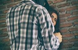 趁麻吉同住女室友酒醉 補習班師吻她全身偷拍還硬上