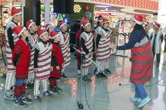 泰雅族棒擊樂團驚艷世界旅人  三語吟唱平安夜