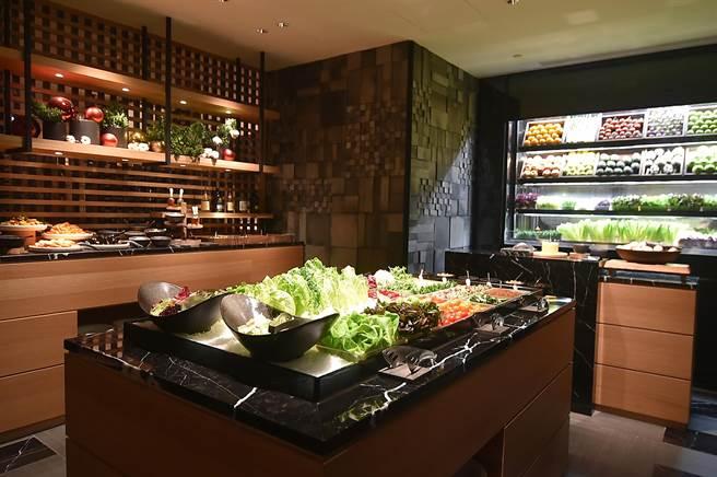 台北晶華〈ROBIN'S Grill〉牛排館的「沙拉吧區」,供應的食材與菜式內容較過去更豐富。(圖/姚舜)