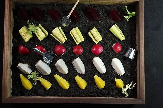 台北晶華〈ROBIN'S Grill〉牛排館「沙拉吧區」有一迷你「微型蔬菜花園」,讓食客自由取食在地有機食材。(圖/姚舜)