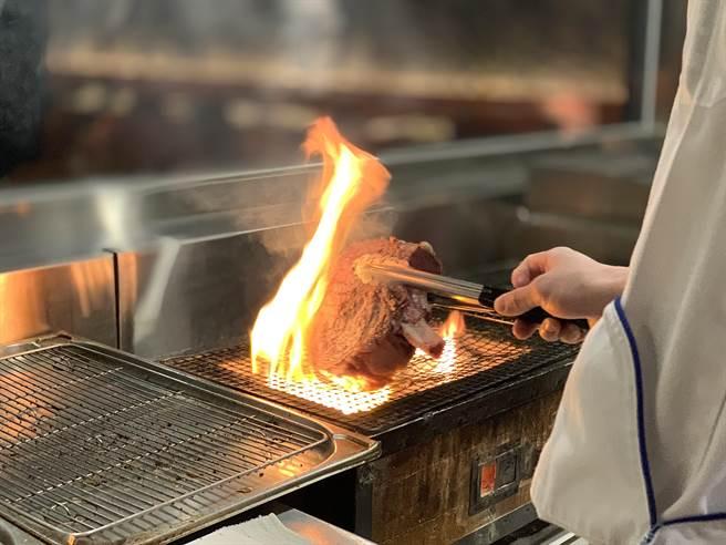 台北晶華〈ROBIN'S Grill〉牛排館是「全台第一個以直火炭烤牛排」的五星飯店牛排館,如今仍維持此一傳統。(圖/姚舜)
