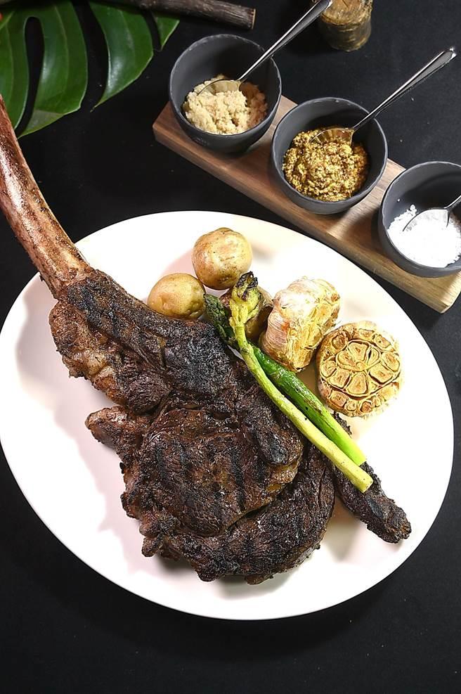 台北晶華〈ROBIN'S Grill〉牛排館改裝後,菜單全新推出「適合一個人享用的戰斧牛排」,帶骨重26盎司,去了骨頭後約18盎司。(圖/姚舜)