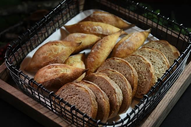 台北晶華〈ROBIN'S Grill〉換裝再出發,佐餐麵包的尺寸與配方亦作了調整。(圖/姚舜)