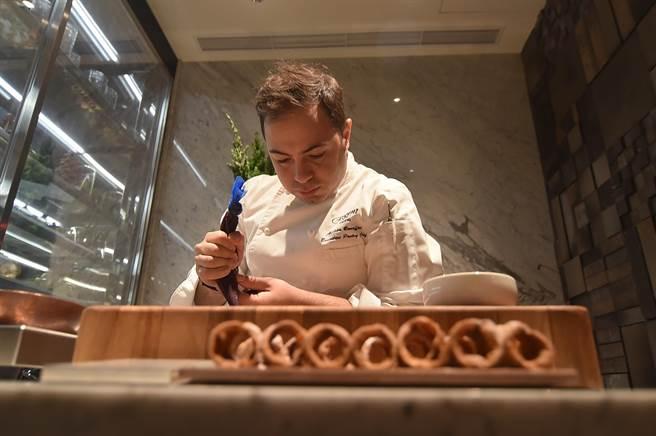 在台北晶華〈ROBIN'S Grill〉的「甜點區」,部份甜點是主廚現場製作,食客可以看到過程。(圖/姚舜)