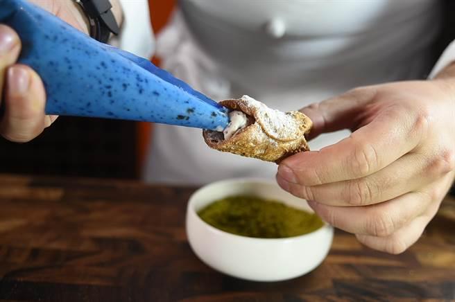 在台北晶華〈ROBIN'S Grill〉嗑牛排,可以吃到主廚手工現做的義大利黑手黨教父最愛的甜點。(圖/姚舜)
