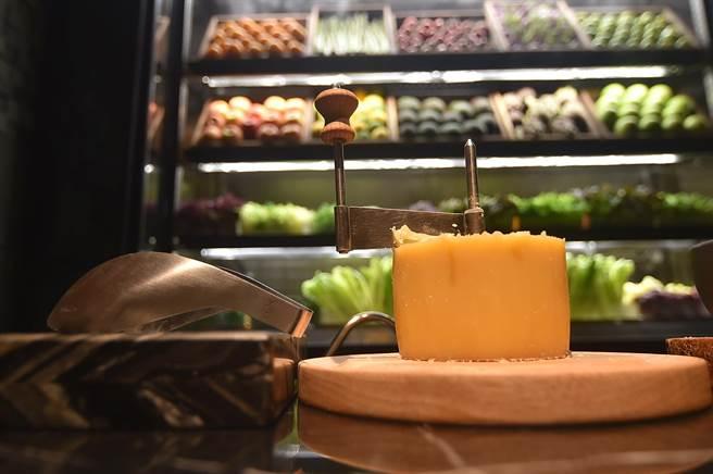 為了增加「儀式感」,台北晶華〈ROBIN'S Grill〉搭配沙拉的起司是由專人現刨後供客人取用。(圖/姚舜)