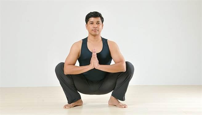 瑜伽對整體消化系統也有幫助,許多瑜伽動作可間接按摩肝、腎、脾臟,促進消化液的分泌,同時增進血液循環,使廢物、毒素更快排出體外。(圖/陳德信)