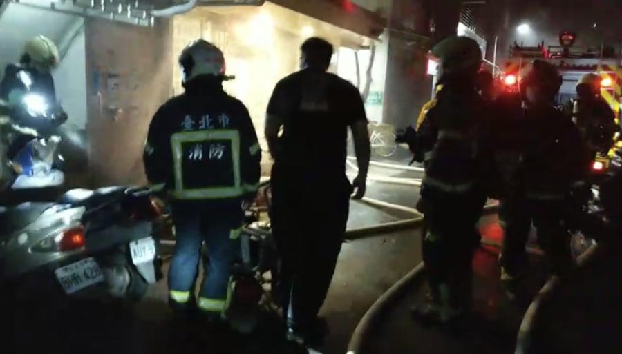 台北市通化街巷弄凌晨住宅火警,警消前往搶救。(翻攝畫面/胡欣男台北傳真)