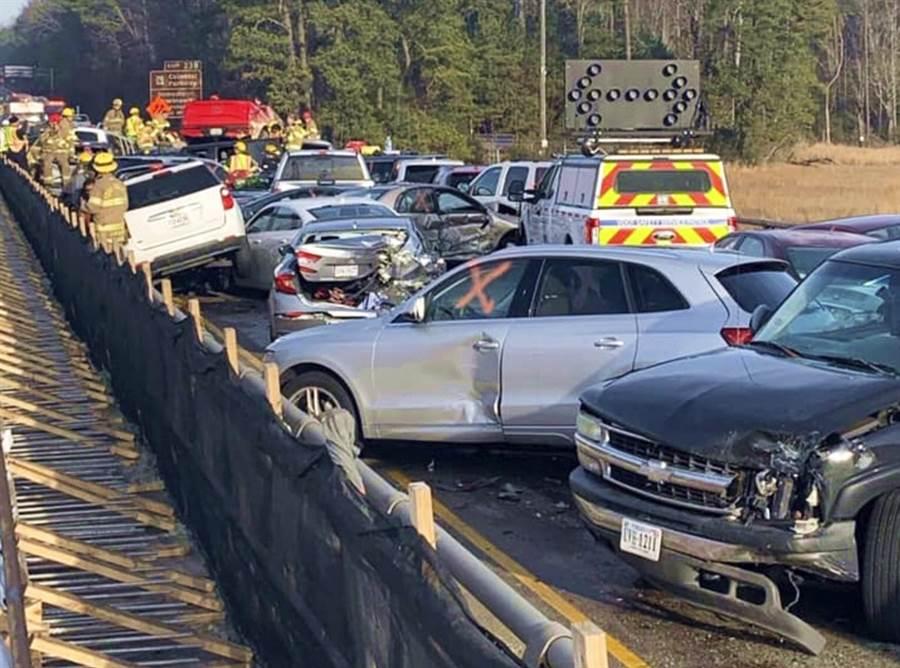 美國維吉尼亞州64號州際公路22日上午發生69台車連環追撞車禍,造成數十人受傷。(圖/美聯社)