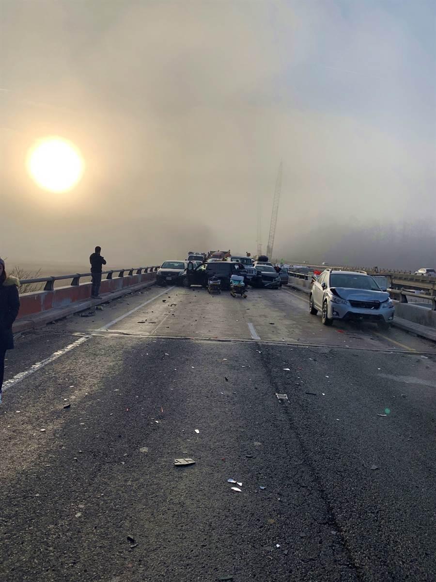 美國維吉尼亞州22日上午發生重大連環追撞車禍,警方初步推斷,濃霧及路面結冰是車禍主因。(圖/路透社)