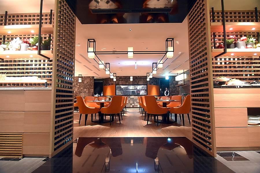 台北晶華〈ROBIN'S Grill〉牛排館全新改裝再出發,設計師以對稱方式將「沙拉吧區」和「甜點區」規畫於入口兩側。(圖/姚舜)
