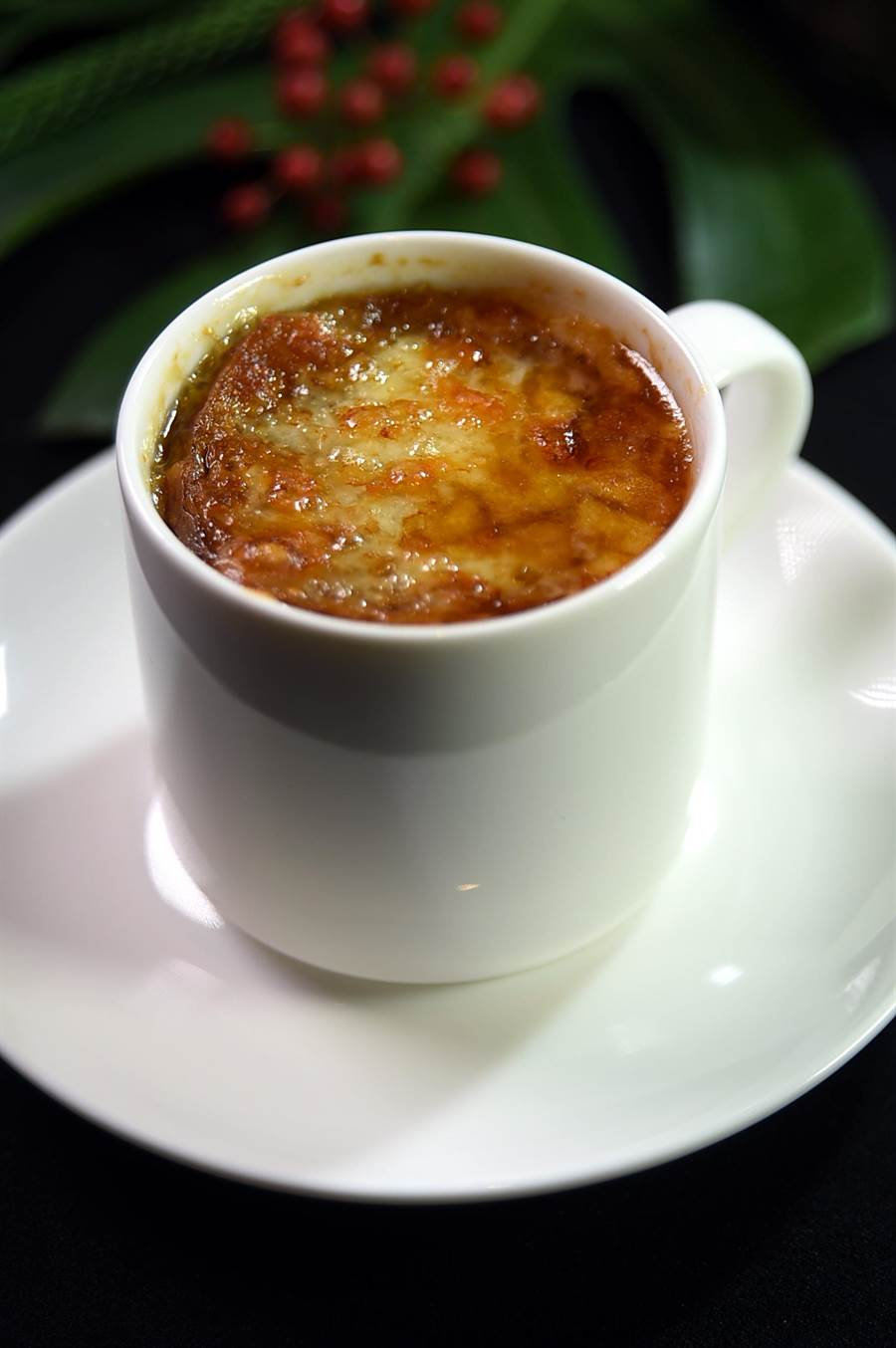 台北晶華〈ROBIN'S Grill〉的〈洋蔥湯〉,上層有厚厚的起司,喝時會「牽絲」。(圖/姚舜)