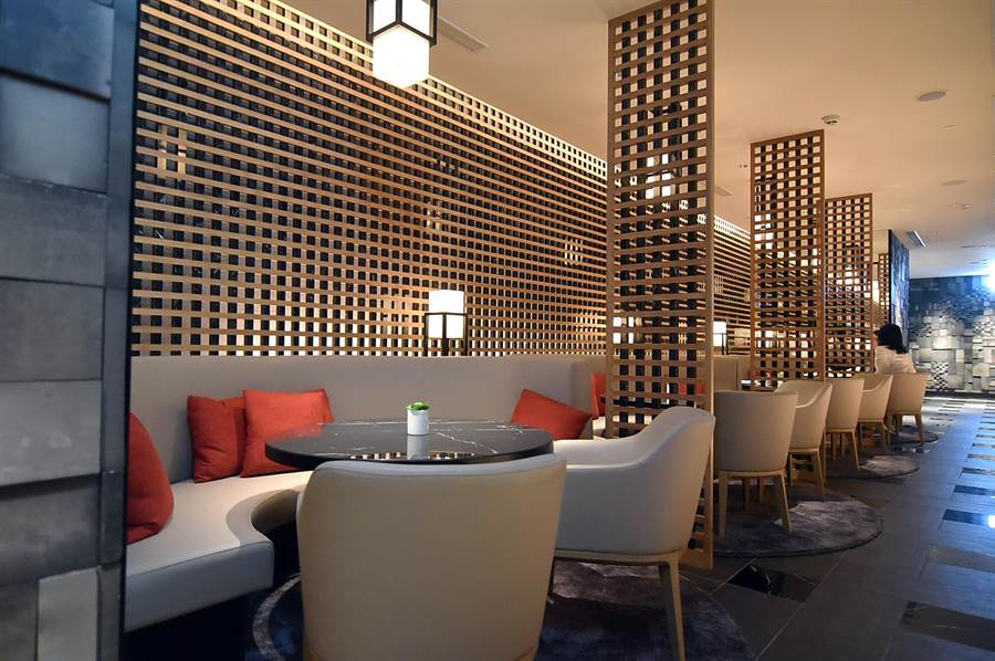 台北晶華〈ROBIN'S Grill〉換裝後,餐廳新增了沙發雅座區。(圖/姚舜)