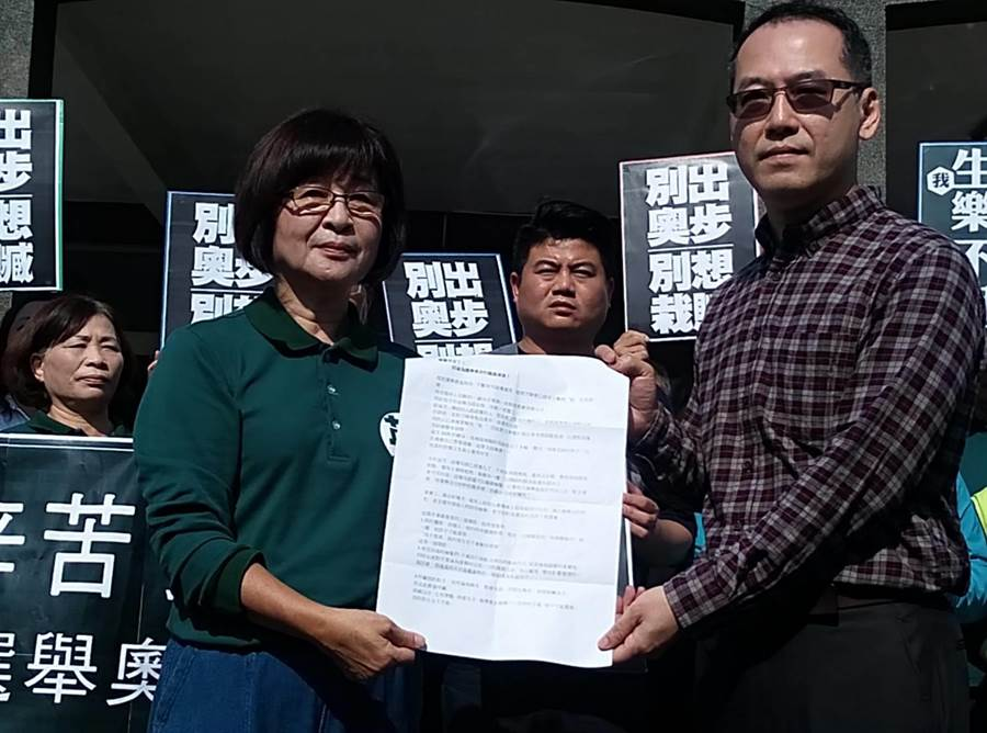 民進黨雲林縣第一選區立委候選人蘇治芬(左)將陳情書交給雲林地檢署書記官長林柏蒼。 (許素惠攝)