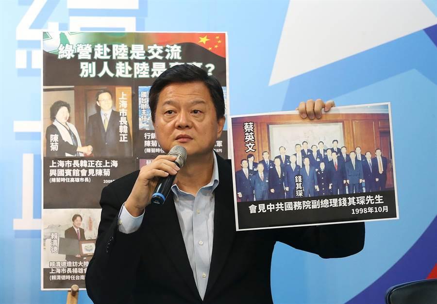 周錫瑋拿出多項資料痛批民進黨政治人物赴中國是交流,相反的國民黨赴中則是賣台。(趙雙傑攝)