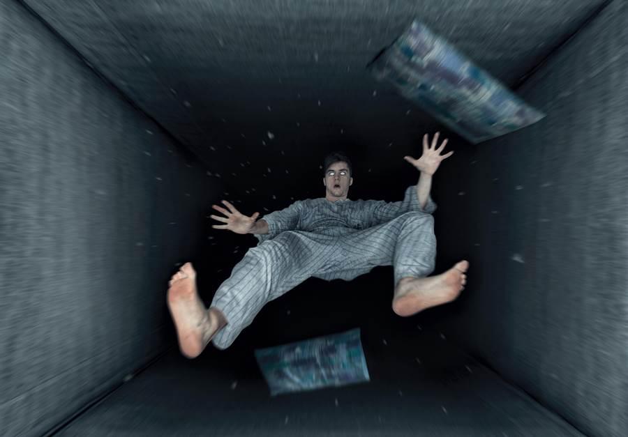 許多人一定都有過此經驗,在熟睡中突然夢到「墜落」的感覺,其實這不全是做噩夢導致,而是一種「入睡抽動」的現象。(圖/Shutterstock)