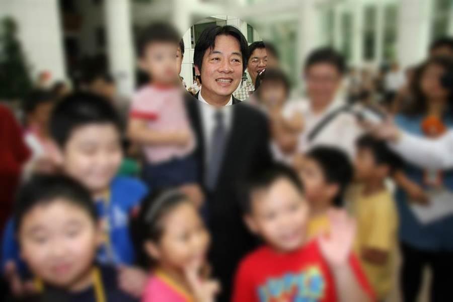 賴清德出席活動也曾抱小孩。(圖片經虛化處理/翻攝賴清德臉書)