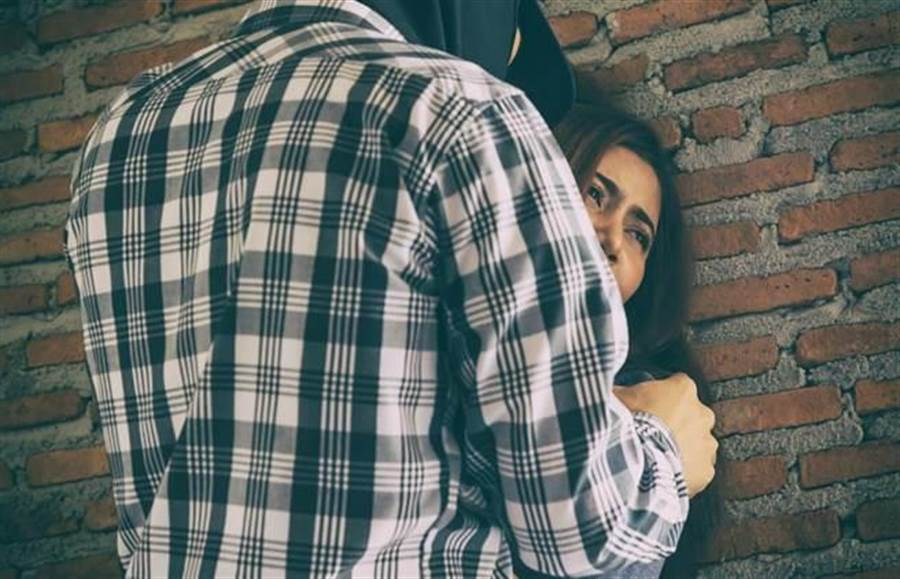 陸軍花東防衛指揮部一名歐姓現役軍人,猥褻同居女友的雙胞胎女兒,遭判刑10年。(示意圖/達志影像/shutterstock提供)