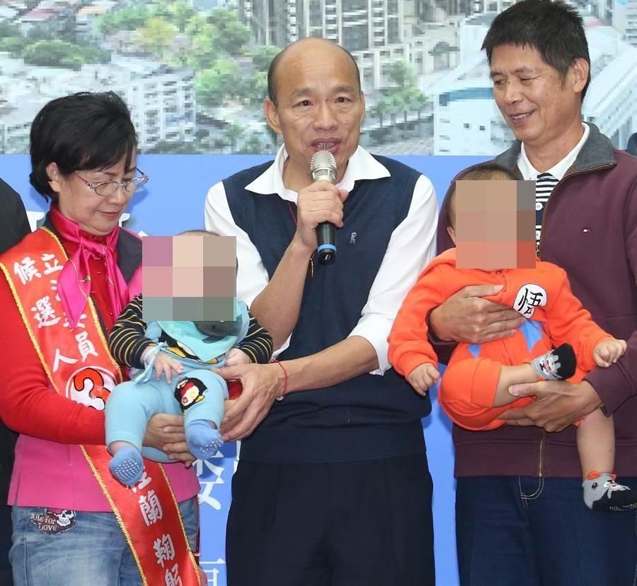 國民黨總統候選人韓國瑜(中)。