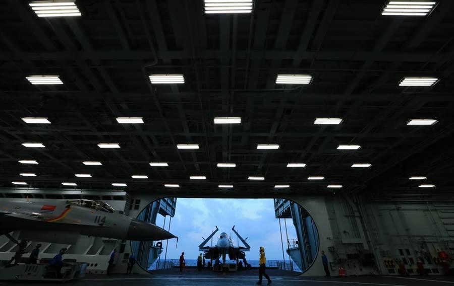 機庫決定航母艦載機數量,遼寧艦推算只有22架略多,山東艦艦怎麼擴增也不至於增加到36架之多。圖為遼寧艦機庫。(圖/新華社)