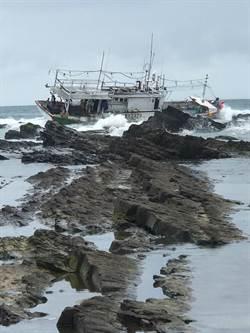 貢寮漁船觸礁嚴重傾斜  船長手腳遭利石割傷