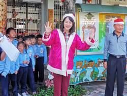 謝言信謝林玉鶯基金會發獎學金 執行長謝衣鳳扮耶誕姊姊讓小朋友瘋狂
