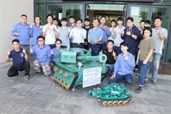 職訓師生巧手 回收場廢材銲接成迷彩坦克車