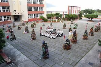 地表最強書包堆成樹 四維高中年度盛事慶耶誕