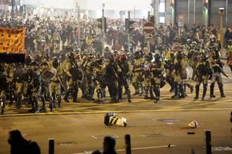 香港平安夜繼續抗爭 警方發射水砲橡膠子彈