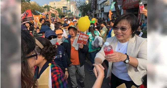 立委劉世芳參加WeCare的罷韓遊行,之前更曾製造機會讓尹立介入公民割草行動的組織活動。