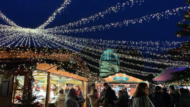 每當聖誕節,全球各地多處都會有聖誕市集,熱鬧滾滾,聖誕氣氛濃厚。(黃慧雯攝)