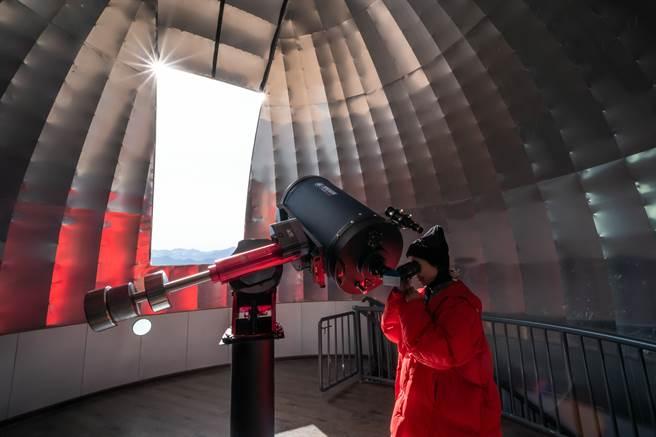 「藏域星球」始建於2017年,是世界海拔最高的天文科普館。圖為拉薩市民在「藏域星球」使用天文望遠鏡。(中新社資料照片)