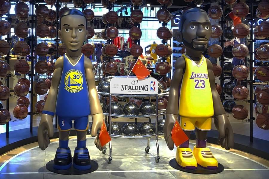 NBA商店裡擺放著柯瑞與詹姆斯的公仔。(美聯社資料照)