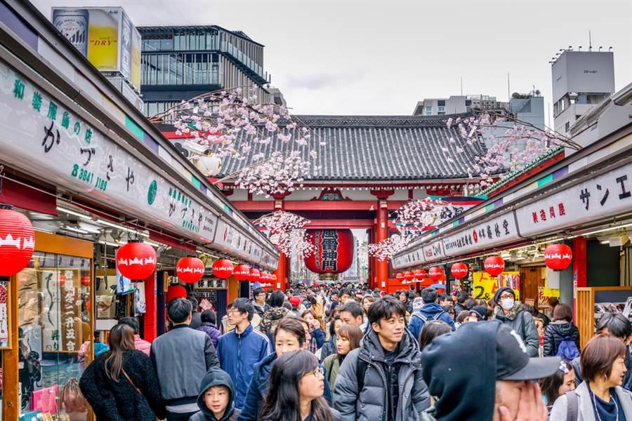 有一種衣服幾乎不會看到日本人在街上穿,也最容易被辨別出是觀光客。(達志影像)