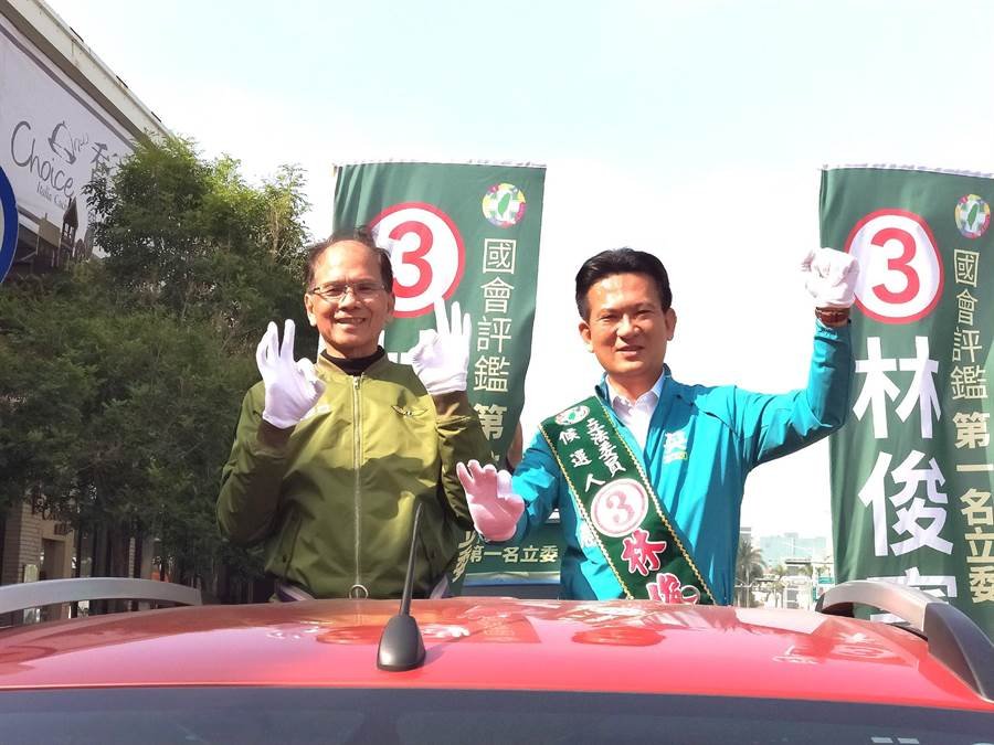 前行政院長游錫堃(左)陪同林俊憲(右)搭車掃街拜票。(洪榮志攝)