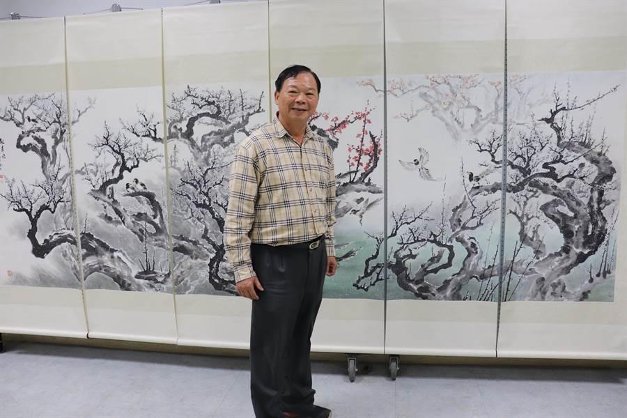 唐龍才老師與六連屏梅花畫作合影。(水里商工提供/廖志晃南投傳真)