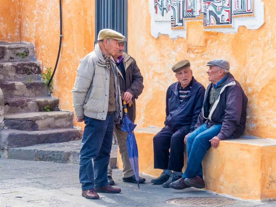 圖為意大利撒丁島,世界上男性百歲老人最集中的地方。(達志)