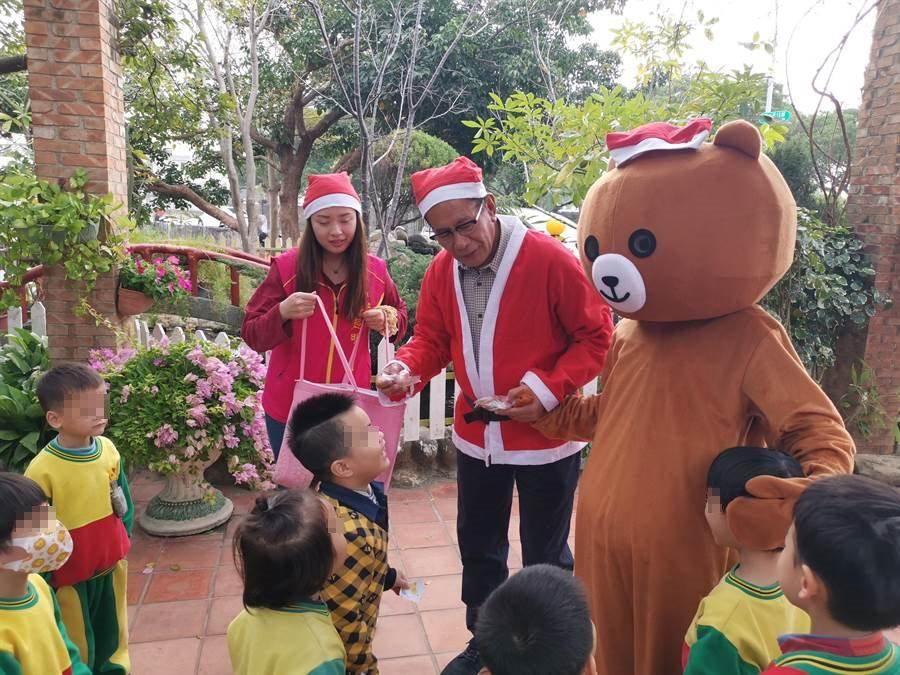 苗栗縣國民黨立委候選人陳超明24日上午扮成聖誕老公公,帶著熊大一起到竹南幼兒園發糖果。〔謝明俊攝〕