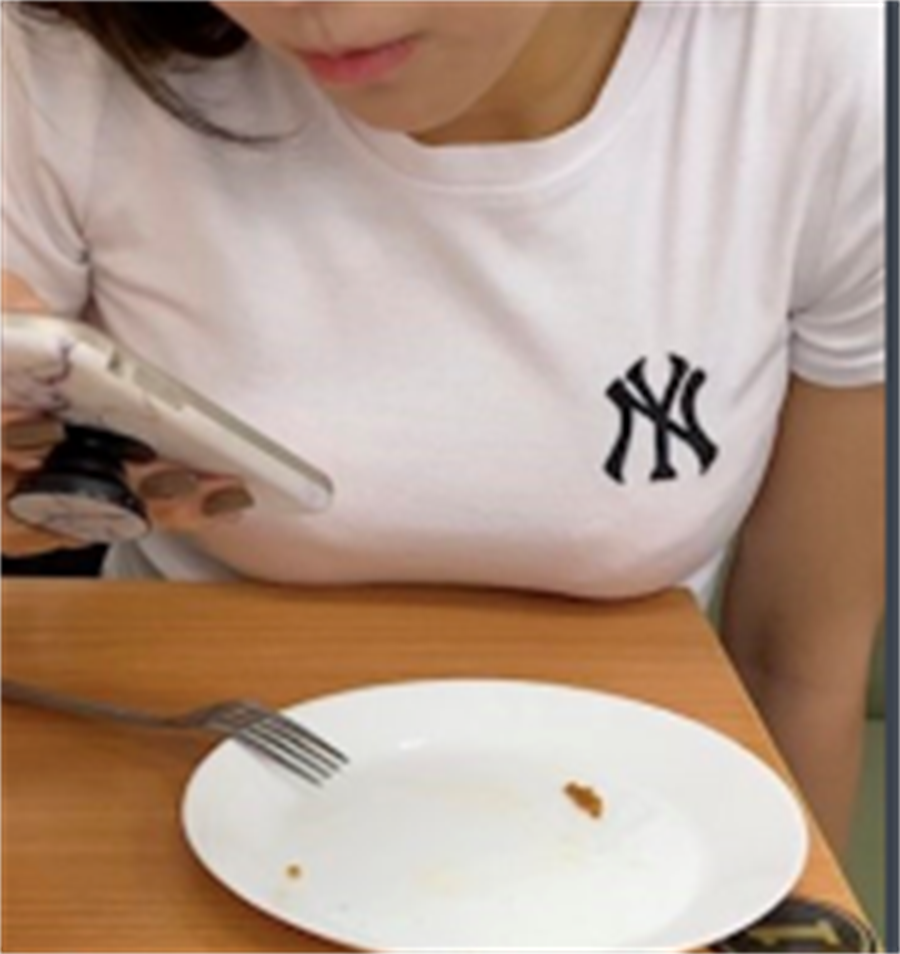 大奶妹併桌後將二粒「木瓜」放桌上,讓原PO認為妹子在勾引他。(圖/翻攝自PTT)