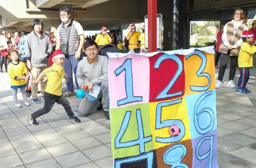 竹中附幼師生在竹中車站橋下舉辦親子嬉遊趣耶誕活動,親子進行「小小棒球手」闖關遊戲。(羅浚濱攝)