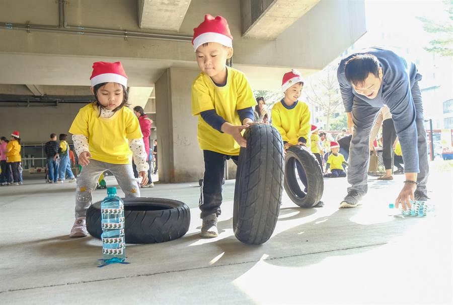 竹中附幼師生在竹中車站橋下辦親子嬉遊趣耶誕活動,小朋友滾輪胎玩「最強送貨員」闖關遊戲。(羅浚濱攝)