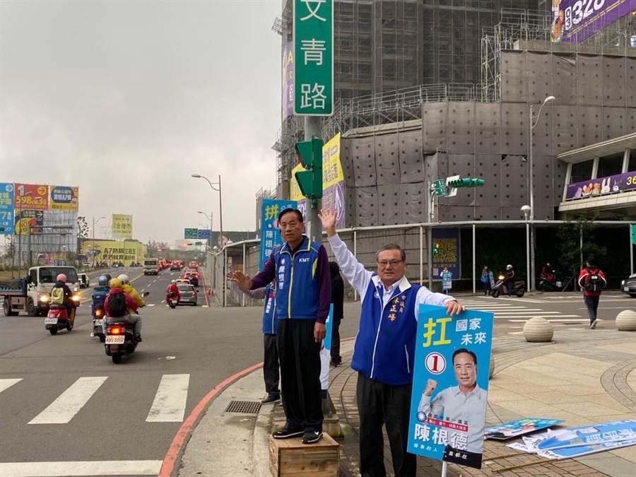 捲土重來的國民黨前立委陳根德24日在龜山區文青路口拜票,尋求支持。(陳根德提供/甘嘉雯桃園傳真)