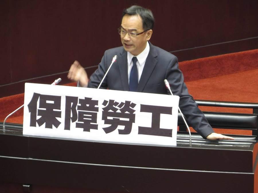 民進黨候選人李昆澤,相當重視勞工議題,期盼具體提升勞工的相關權益。(李昆澤競選團隊提供/洪浩軒高雄傳真)