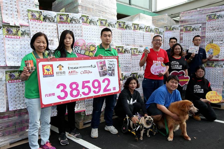 魚中魚水族寵物號召民眾認捐貓狗罐頭,一個月下來共募集了38