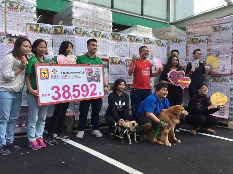 「魚中魚」聖誕募糧送溫暖,今年共募集了4,000多位民眾的愛心,轉換成近四萬個貓狗罐頭。圖/業者