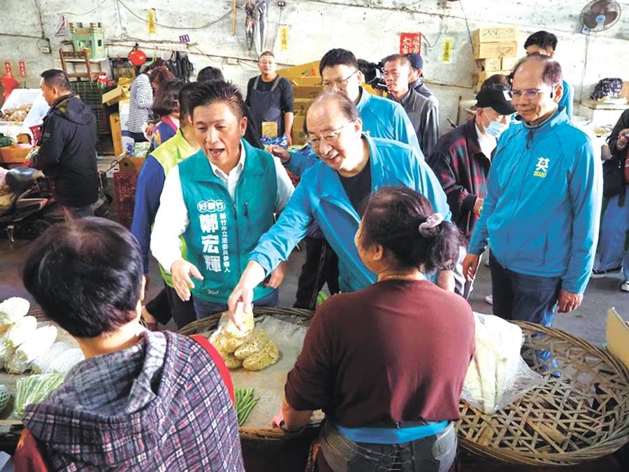 柯建銘(中)、游錫堃等陪同民進黨籍候選人,到新竹市大果菜市場掃街拜票。(陳育賢攝)