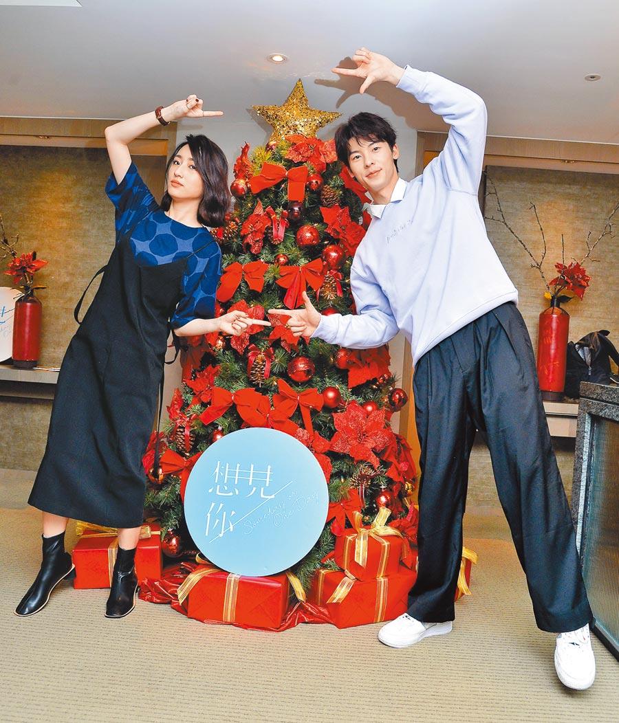 柯佳嬿(左)昨和许光汉畅谈《想见你》的拍摄趣事。(卫视中文台提供)